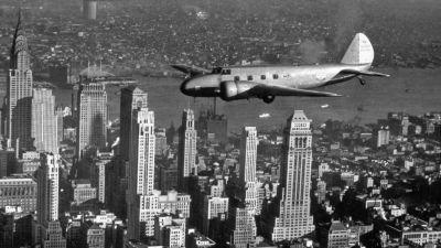 Boeing feiert sein 100-jähriges Bestehen. Hier fliegt eine Maschine vom Typ 247D in den 1930er-Jahren über New York.