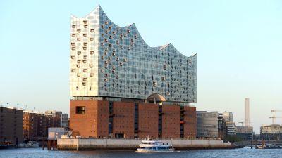 Hamburgs neue Elbphilharmonie wurde auf einem alten Backsteinspeicher an der Westspitze der Hafencity erbaut. Hinter der geschwungenen Glasfassade wird künftig nicht nur in den Konzertsälen Musik gespielt, sondern auch in einem außergewöhnlichen Hotel geschlafen.