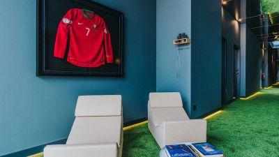 Heimatbezug ist Trumpf bei fast allen Promi-Hotels. Fußballstar Cristiano Ronaldo etwa hat jüngst auf Madeira, wo er geboren wurde,  das Pestana CR7 eröffnet. Schick ausgestattet und chic im Hafen von Funchal gelegen. Der Preis: 165 Euro.