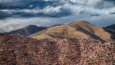 In diesen dichtgedrängten Häusern in der chinesischen Provinz Sezuan leben 40.000 buddhistische Mönche. Das Foto stammt vom ungarischen Fotografen Attila Balogh.