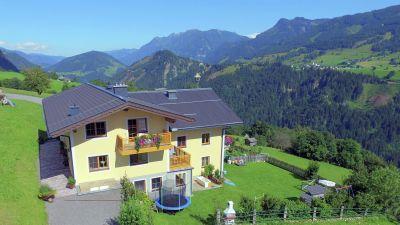 Ein freistehender Gasthof im Salzburger Land: Der Hof Reiterbauer bietet tolle Ausblicke auf die Berge. Der Hof ist einer der ausgezeichneten Feriendomizile des Veranstalters Belvilla.