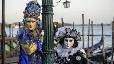 In <b>Venedig</b> geht es beim Karneval stilvoll zu – aufwendige Kostüme und die typischen Halbmasken dürfen da nicht fehlen. Die Feierlichkeiten werden von einer schwebenden Karnevalskönigin auf dem Markusplatz eröffnet. Bis zum 28. Februar finden in der Stadt Maskenbälle und Gondel-Paraden statt.