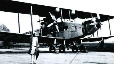 Am 19. April 1927 wurde der Düsseldorfer Flughafen offiziell eröffnet. Die erste internationale Verbindung startete zwei Jahre später. Bevor erstmals eine Handley Page W8e der belgischen Fluggesellschaft Sabena in Düsseldorf landen durfte (Foto), musste ein Zollbüro eingerichtet werden.