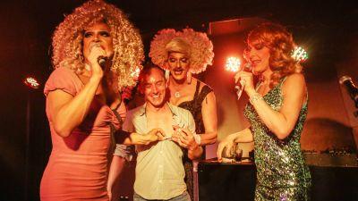 Melli Magic, Gloria Viagra und Matina mit einem Gast auf der Karaoke Bühne