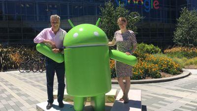 Sabine Pracht und Klaus Hildebrandt tourten eine Woche durchs Silicon Valley. Sie wohnten in über Airbnb gebuchten Privatunterkünften in Palo Alto. Das Bild zeigt sie mit dem Android-Männchen auf dem Campus von Google. 2