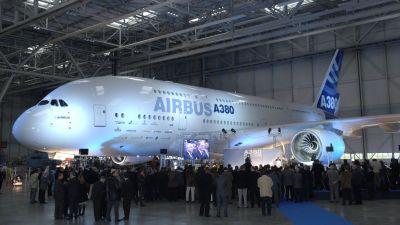 Die Vorstellung des ersten Airbus A-380 am 18. Januar 2005 war ein europäisches Großereignis. Die damaligen Regierungschefs von Frankreich, Deutschland, Großbritannien und Spanien – Jacques Chirac, Gerhard Schröder, Tony Blair und José Luis Zapatero – ließen sich dieses Event natürlich nicht entgehen. Endlich konnte Airbus dem Jumbojet von Boeing etwas entgegen setzen.
