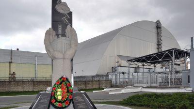 Denkmal vor Block 4 – 500 Mio. Euro kostet der neue Schutzdeckel, der die Umgebung vor Strahlung schützen soll.