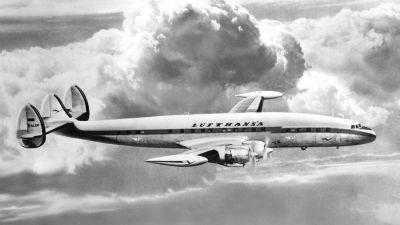 Der stilisierte Kranich ist am Mittelleitwerk der Lockheed Super Constellation zu erkennen, aber noch recht klein. Der Schriftzug Lufthansa am Rumpf ist noch weit entfernt vom heutigen.