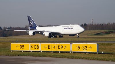 So wirkt die neue Bemalung der Lufthansa an einer Boeing B-747-8 im Tageslicht.