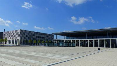 Der BER von außen: Gähnende Leer auf dem Willy-Brandt-Platz vorm Hauptterminal. Nur das Unkraut sprießt.