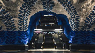 Das U-Bahn-System in Schweden ist eine gigantische Kunstgalerie. Die Haltestelle T-Centralen (hier im Bild) wurde nach einem Wettbewerb im Jahr 1957 als erste Station von lokalen Künstlern gestaltet. Insgesamt lassen sich an mehr als 90 der 110 Haltestellen Kunstwerke entdecken – und das alles zum Preis eines Bahntickets.