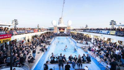 Im und am Pool lässt es sich doch am besten abrocken. Die siebte Full Metal Cruise kann beginnen.
