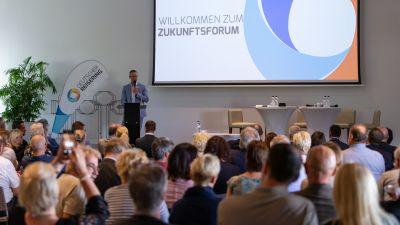 Der Geschäftsstellenleiter Andreas Quenstedt eröffnet das Zukunftsforum, ein neues Format anlässlich des 25-jährigen Jubiläums des Deutschen Reiserings.