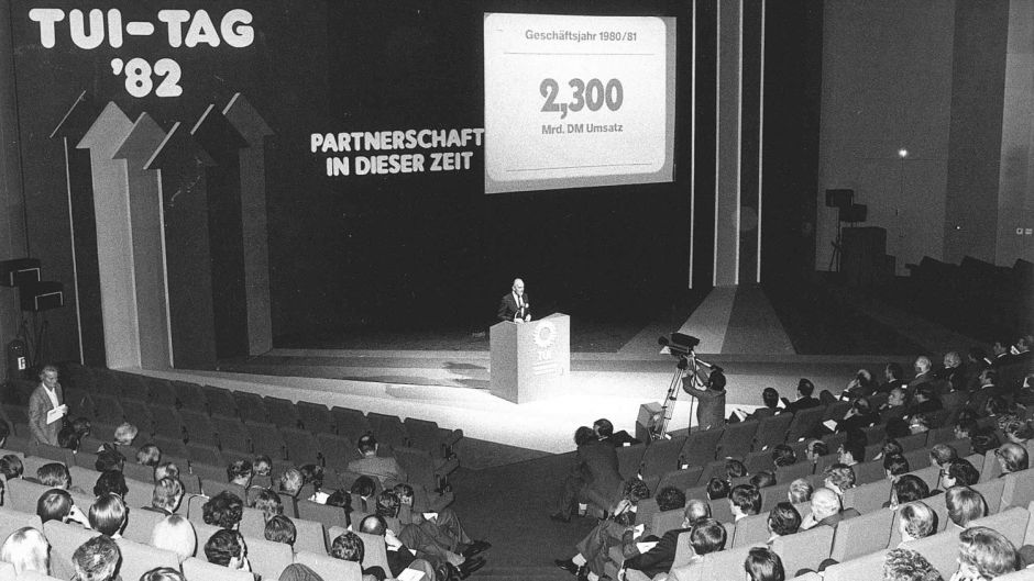 TUI Day in Düsseldorf in 1982. Paul Lepach announces record turnover of DM 2.3 billion for the 1980/81 business year to travel agency partners.