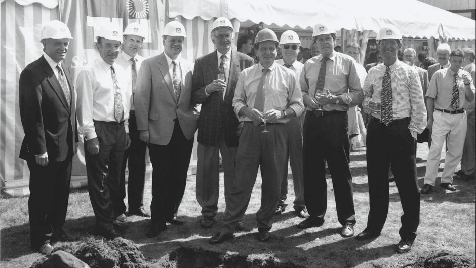 Ground-breaking in August 1995 for the TUI head office extension in Hanover with the company's board. From right: Marc Pasture, Ralf Corsten, Gerhard Heine, Lower Saxony minister-president Gerhard Schröder, city mayor Herbert Schmalstieg, Karl Born, Helmut Roland, Jürgen Fischer and Rolf Range from construction firm Hochtief.