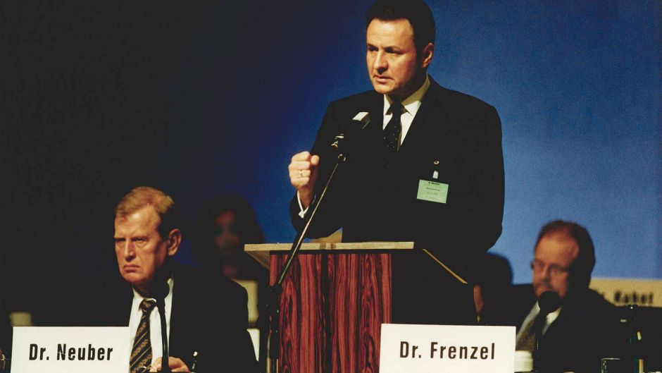 The powerful WestLB chief Friedel Neuber (left) paved the way for the Preussag industrial group, managed by his former assistant Michael Frenzel, to take over TUI and transform itself into a tourism group. The picture dates from the AGM in 1998, when Preussag took stakes in Hapag-Lloyd and TUI. Frenzel remained at the head of TUI until 2013.