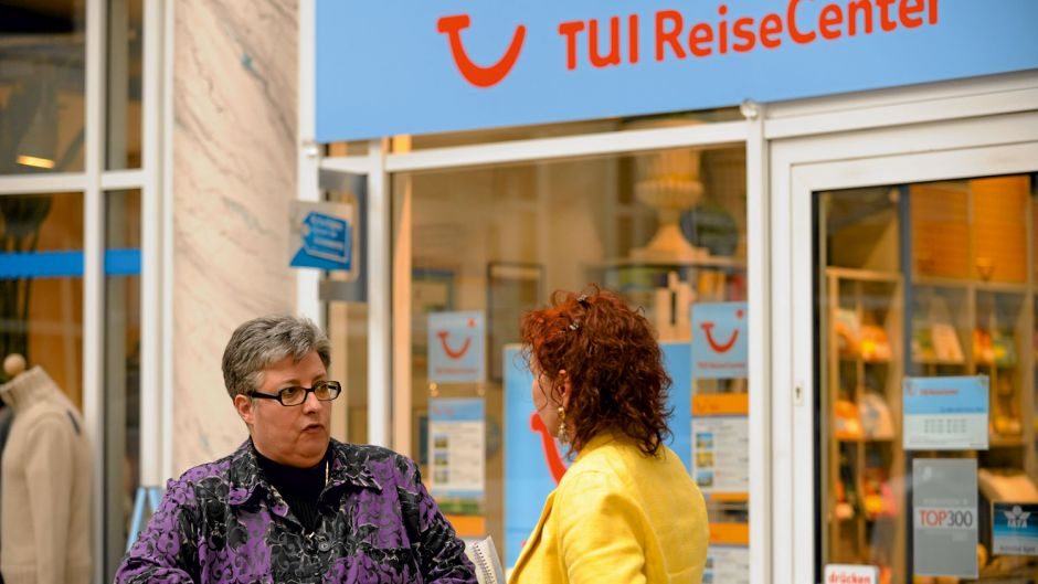 For sales, TUI relies on branches, franchises and cooperation models. Pictured is franchisee Angelika Hummel, from TUI Reisecenter Freiburg, talking with fvw reporter Ira Lanz in 2010.