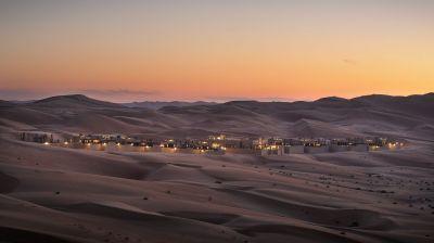 """Wüstennächte in den Vereinigten Arabischen Emiraten – das Hotel Anantara Qasr al Sarab liegt inmitten von Sanddünen, also sprichwörtlich """"mitten im Nichts"""". Das Luxushotel bietet ein Spa und Safari-Touren."""