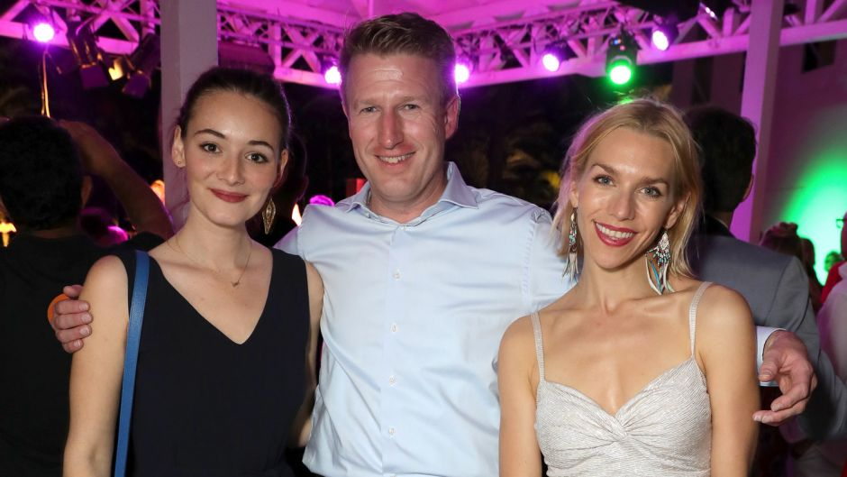 Actresses Maria Ehrich (left) and Julia Dietze with Robinson manager Tobias Neumann.