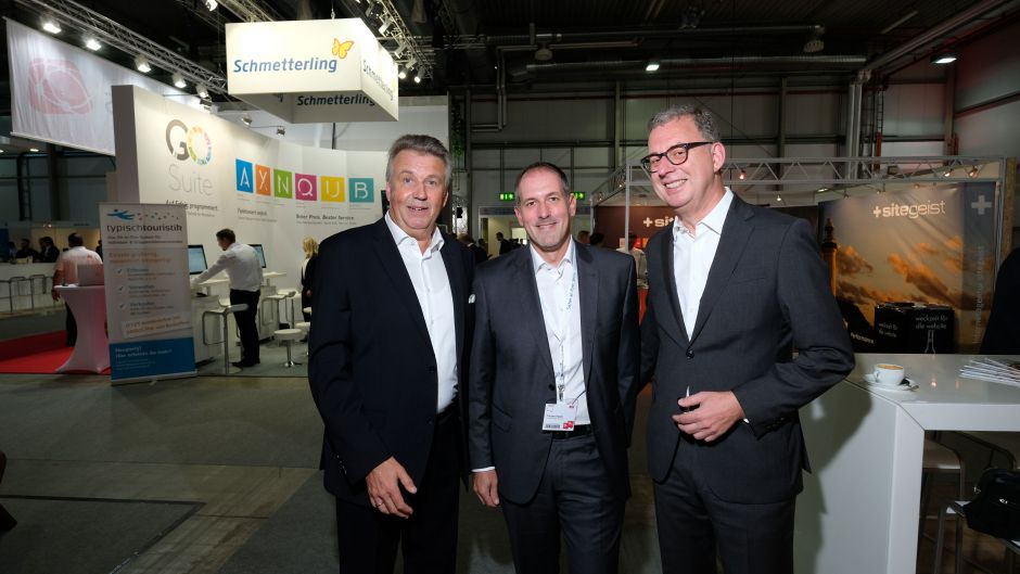 Fvw editor-in-chief Klaus Hildebrandt with ERV sales director Torsten Haase and DRV president Norbert Fiebig