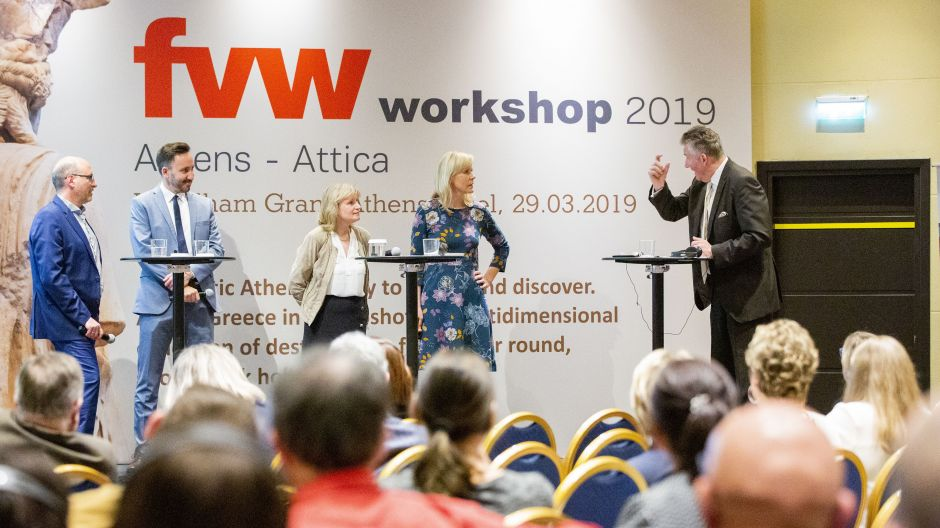 Tour operator representatives Mario Krug (LMX), Orestis Raxenidis (DER Touristik), Christiane Pilz (Attika Reisen) and Barbara Kirchner (TUI) in discussion with fvw editor-in-chief Klaus Hildebrandt during the workshop conference in the Wyndham Grand Athens Hotel.
