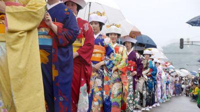 Edle Roben: Beim Aizu Tajima Gion Festival führen Teilnehmerinnen traditionelle Hochzeitkleider vor.