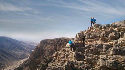 Abseiling im Hadschar-Gebirge: ein Nervenkitzel für Kletterer.