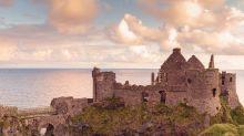 Dunluce Castle: Die Ruinen der mittelalterlichen Burg in Nordirland stellt in GOT die Burg Peik des Hauses Graufreud auf den Eiseninseln dar.