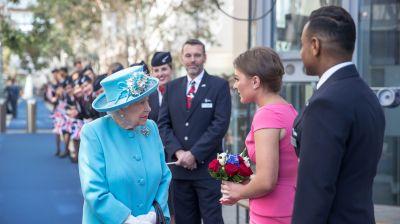 Ausgewählte Mitarbeiter trafen die Queen am Hauptsitz in Harmondsworth..