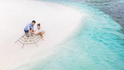 """Club Med ist als Reiseveranstalter führend, was ökologische Bauweisen und die natürliche Integration der Resorts in die Landschaft angeht. Das """"Michès Playa Esmeralda"""" in der Dominikanischen Republik wird beispielsweise als erstes Eco-Chic Resort komplett umweltfreundlich gebaut. Auch Gästen bietet Club Med die Möglichkeit, sich am Umweltschutz zu beteiligen. Im Club Kani auf den Malediven können sie Korallenrahmen herstellen, um die Vermehrung der Korallen zu unterstützen. In mehreren Familien-Resorts kreieren Kinder im Rahmen der """"Clean Art Planet""""-Aktion Kunstwerke aus Plastikmüll, der aus dem Meer geholt wurde. Den Einsatz von Plastik in allen Resorts weltweit zu reduzieren, ist erkärtes Unternehmensziel; die neuen Mitarbeiter-Uniformen bestehen vollständig aus recycelten Kunststoffen."""
