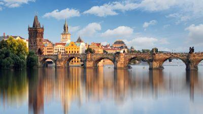 Die Karlsbrücke aus dem 14. Jahrhundert dürfte eine der meistbesuchten sein. Sie verbindet die Prager Altstadt mit der Kleinseite und diente den Königen einst als Krönungsweg.