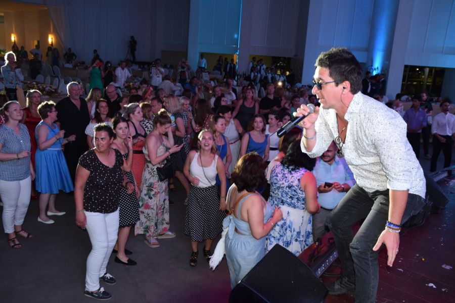 Famous Cuban rock star David Blanco sang live for the German travel agents and got them moving on the dance-floor!