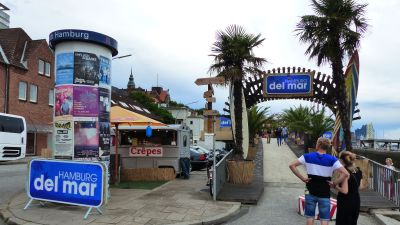 Der Ort des Geschehns direkt am Hafen: der Beach-Club Hamburg del Mar.