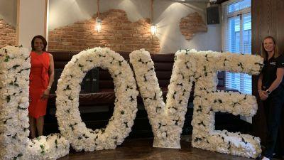 Lasst Blumen sprechen: Beim Empfang für Touristiker und Medien in London haben Rita McClenny und Heidi Johannesen ein florales Logo dabei,