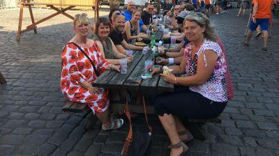 Endlich Schatten! Die Canada Specialists Elite beim kühlen Drink auf heißem Pflaster.