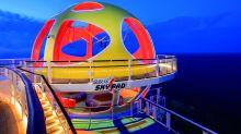 Bungee-Trampolinspringen mit einem Virtual-Reality-Headset auf dem Kopf: Das Sky Pad am Heck ist das High-Tech-Glanzlicht an Bord der Spectrum of the Seas, die gerade ihre Jungfernfahrt nach Schanghai gemeistert hat und für den chinesischen Markt bestimmt ist. Im Herbst 2020 schickt Royal Caribbean International – von den USA aus – die Schwester Odyssey of the Seas auf die Reise. Ebenso spektakulär:  die Aussichtsgondel North Star, der Surfsimulator Flow Rider und der gläserne Skydiving-Simulator Rip Cord fürs Fallschirmspringen auf hoher See.