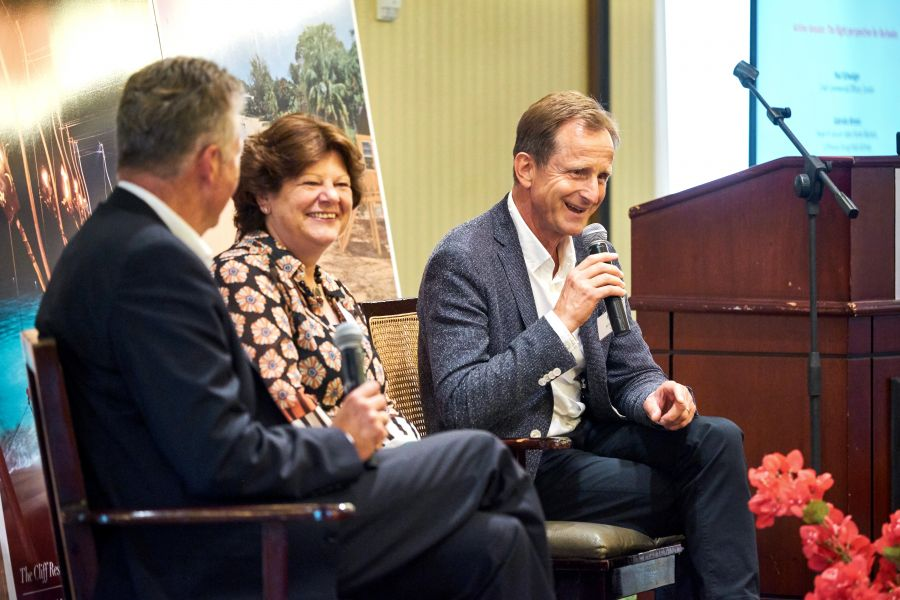 Lufthansa's Gabriela Ahrens and Condor's Paul Schwaiger in discussion with Klaus Hildebrandt