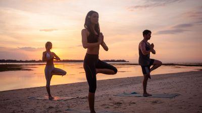 Gesunde Abwechslung: Yoga – wie hier von GAdventures auf Bali – ist immer öfter Teil von Rundreisen.