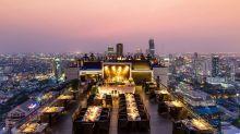 Über den Dächern von Bangkok lässt man den Trubel der belebten Straßen hinter (oder besser gesagt: unter) sich. Auf der Dachterrasse des Banyan Tree Bangkok kann im Restaurant unter freiem Himmel geschlemmt werden, um anschließend in der Moon Bar den Ausblick mit einem Drink zu genießen.
