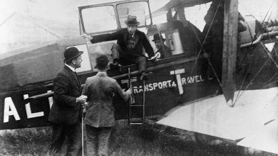 1920 startete der Erstflug von KLM - und zwar exakt am 17 Mai. Die Reise ging von London nach Amsterdam mit einer De Havilland DH-16. Auch in Deutschland fliegt die Airline in dem Jahr erstmals und zwar von Hamburg nach Bremen.