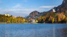 Das Hotel liegt direkt am Ufer am Alpsee zu Füßen der beiden Königsschlösser Hohenschwangau und Neuschwanstein im bayrischen Allgäu. Umgeben von Wäldern lädt es zu Outdooraktivitäten wie Boots- und Wandertouren ein.