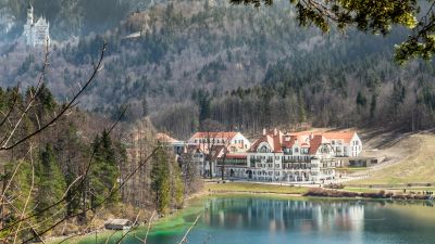 Das Resort vereint über 100 Jahre alte Traditionshäuser wie das Schlosshotel Lisl, das Jägerhaus und die Alpenrose mit Neubauten wie dem Seehaus und der Galeria. Der Komplex verfügt über 137 Zimmer und Suiten.