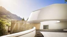 Die futuristische Auffahrt führt die Gäste zum Hotel-Gelände. Der Transfer von internationalen Flughäfen wie Zürich oder Genf per Limousine oder Hubschrauber ist bei der Buchung von Penthouse-Suiten inbegriffen.