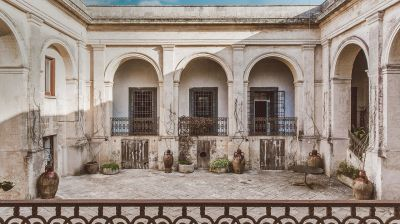 Ein 150 Jahre alter Palazzo in Apulien hat seine Vergangenheit hinter sich gelassen und bildet nun den Palazzo Daniele. Das Hotel verbreitet mediterranes Flair.