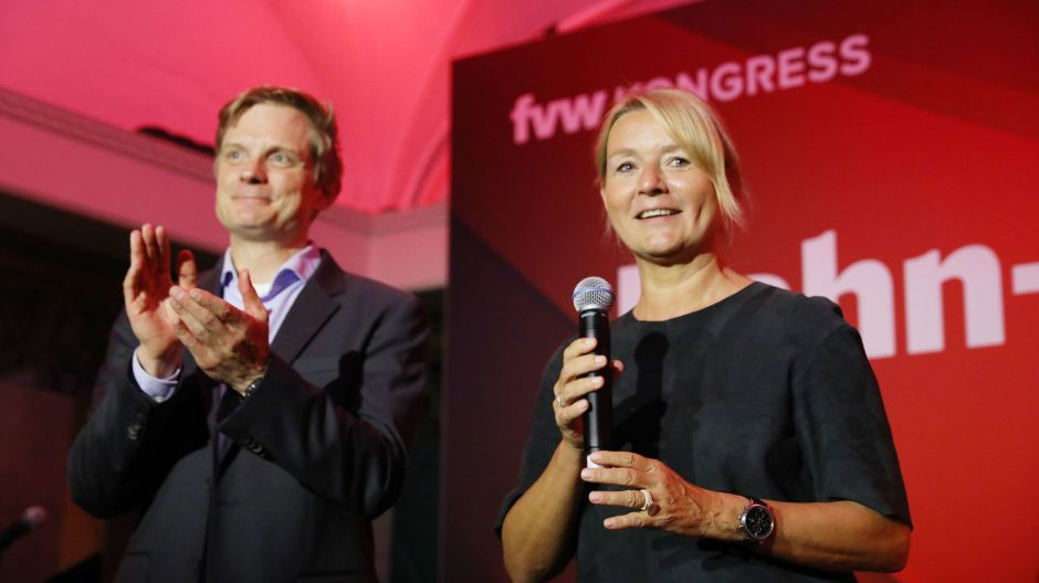 Nils Hartgen (DB) and Marliese Kalthoff (FVW) welcomed guests to this year's fvw Kongress Bahnparty.