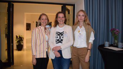 Der Abend beginnt mit Networking in entspannter Runde. Die beiden Tutaka-Gründerinnen Alexandra Herget (links) und Franziska Altenrath (rechts) werden von Nicole von Stockert (BTW, Mitte) begrüßt.