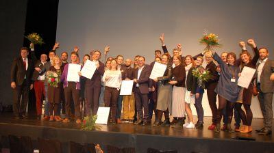 Alle Preisträger, die im Rahmen des Deutschen Tourismuspreises 2019 geehrt wurden, noch einmal zusammen auf der Bühne.