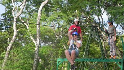 Nichts für schwache Nerven: Zip Lining, hier mit Canopy Pinilla in der Nähe der Strände von Tamarindo.