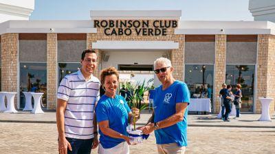 Club-Direktorin Peggy Gau und Robinson-Geschäftsführer Bernd Mäser begrüßen den ersten offiziellen Gast des Clubs.