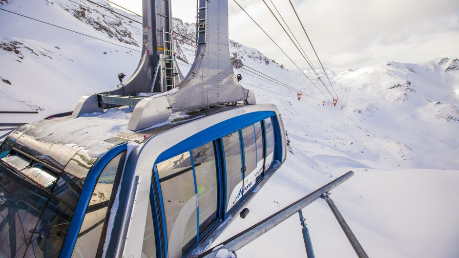 The ride as a destination: the aerial cableways' gondolas commute almost nonstop for 150 passengers between the two snow sport areas.